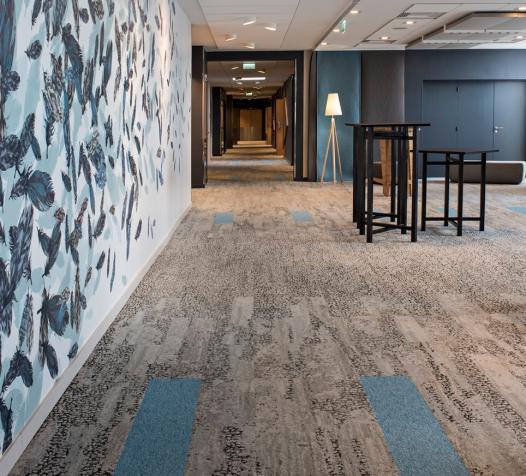 Moquette en dalles à motifs avec calepinage de dalles bleues - Denantes