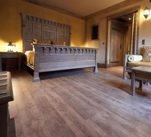 Sol PVC effet bois dans une chambre d'hôtel - Denantes