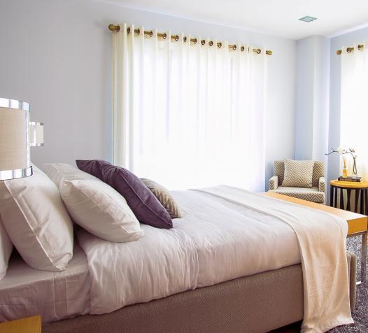 Tringle tube avec voilages dans chambre d'hôtel - Denantes
