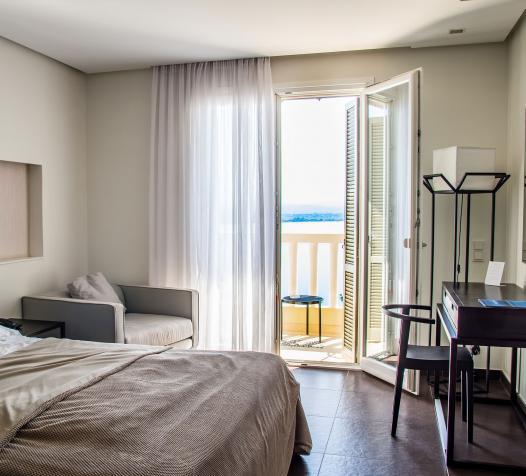 Tringle rail dans chambre d'hôtel avec vue sur la mer - Denantes